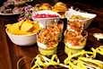 Hampurilaisten lisukkeeksi Villa Sofian kokkausillassa tehtiin herkullinen coleslawsalaatti, pikantti punasipulihilloke sekä raikas kolmikerrossalsa.