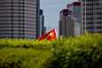 Kiinan tukijat kantoivat maan lippua Hongkongissa kesäkuun 30. päivänä turvallisuuslain hyväksymisen jälkeen.