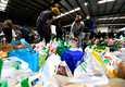 Melbournessa määrättiin maanantaina asuinkerrostalojen asukkaita välittömään ulkonaliikkumiskieltoon, kun kaupungin koronavirustartunnat pomppasivat. Vapaaehtoiset järjestivät ruoka-apua eristetyille.