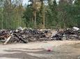 Länsi-Teiskon entisen koulun rauniot palon jälkeisenä päivänä 2. elokuuta.