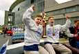 Timo Jutila (vas.) ja Saku Koivu toivat MM-pokaalin Helsinkiin 1995.