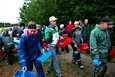 Valkoiseen lippikseen ja vihreä-valkoiseen takkiin pukeutunut Oleksandr Martseniuk (kuvassa keskellä) arpoo poimijoiden mansikkarivit päivittäin tasapuolisuuden vuoksi. Näin kukaan ei voi valita itselleen pellon kypsintä mansikkarivistöä Mattilan marjatilalla Huittisissa.