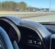 Ferrarin nopeusmittari näytti enimmillään nopeudeksi 314 kilometriä tunnissa. Kuvakaappaus someen ladatusta videosta.