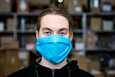 Kasvomaskeista tehdyn selvityksen mukaan maskin hyödyt ovat niukat virusten leviämisen ehkäisemisessä.