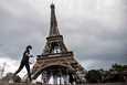 Ranska alkoi keventää koronarajoitteita maanantaina kahdeksan viikkoa kestäneiden eristystoimien jälkeen.