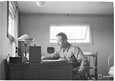 Everstiluutnantti Magnusson kesäkuussa 1942 komentajan huoneessaan.