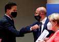 Elvytyspaketista on syntynyt sopu. Alankomaiden pääministeri Mark Rutte ja Eurooppa-neuvoston puheenjohtaja Charles Michel tekevät kyynärpäätervehdyksen. Saksan liittokansleri Angela Merkel seuraa viestintää vierestä.