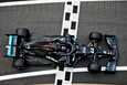 Mercedeksen Lewis Hamilton johtaa MM-sarjaa ennen Valtteri Bottasta. Kuva perjantain harjoituksista Silverstonesta.