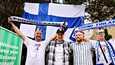 Kimmo Elfvengren, Peik Laurila, Alex Palmunoska, Arttu Elfvengren jaa Suomen lippu irlantilaisen pubin ja Tivolin kulmalla Kööpenhaminassa.