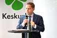 Sosiaali- ja terveysvaliokunnan puheenjohtaja Markus Lohi (kesk.) sanoo, että ravintoloiden luokittelu on haastava tehtävä.