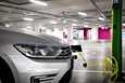 Sähköautojen hankintatuki ja muut toteutettavissa olevat keinot eivät liikenne- ja viestintäministeriön teettämän selvityksen mukaan yksin riitä vähentämään liikenteen päästöjä. Autojärjestöissä kritisoidaan selvityksen asetelmia.