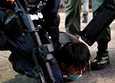 Hongkongin poliisi nosti perjantaina ensimmäiset syytteet uudesta turvallisuuslain rikkomisesta. Kuvassa poliisi pidättämässä mielenosoittajaa Hongkongissa. Kuvituskuva.