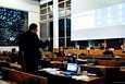 Tampereen valtuusto päätti ratikan kakkosvaiheen rakentamisesta kokouksessa, johon suurin osa valtuutetuista osallistui etänä. Paikalla valtuustosalissa olleilta edellytettiin maskin käyttämistä. Kuvassa puheenvuoroa pitää Aarne Raevaara (vata).
