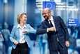 EU-komission puheenjohtaja Ursula Von Der Leyen ja Eurooppa-neuvoston puheenjohtaja Charles Michel iskivät kyynärpäitä aamulla varhain Brysselissä pidetyssä tiedotustilaisuudessa.