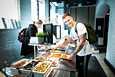 Suurin osa opiskelijaravintoloista on tällä hetkellä kiinni. Tampereen keskustasta kuitenkin saa opiskelijaruokaa myös keskikesällä. Tiistaina syömässä kävivät opiskelijat Iida ja Akseli Itänen.