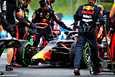 Red Bullin mekaanikot laittoivat Max Verstappenin auton kuntoon lämmittelyosuudessa tapahtuneen kolaroinnin jälkeen.