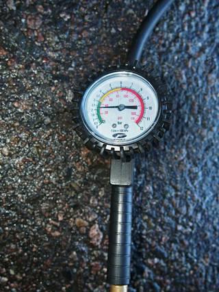 Rengaspaineet kannattaa tarkastaa. Oikeat paineet säästävät rengasta ja polttoainetta.