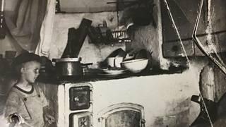 Keskimökki tulipesineen vuosien 1953–1957 tunnelmissa.