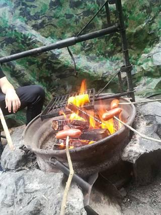 Kuva Ammejärven laavulta. Nuoret paistoivat nuotiolla makkaraa ja maissia ruoaksi.