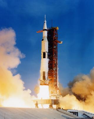 Apollo-ohjelman kantoraketeista Saturnus 5 vei ensimmäisen ihmisen Kuuhun. Lento laukaistiin Cape Canaveralista 16. heinäkuuta 1969.