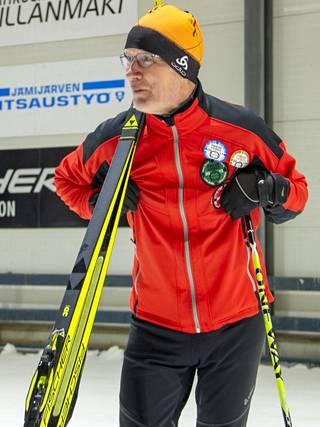 Risto Uusi-Salava kiittelee Jämin olosuhteita. Mies on tuttu näky hiihtotunnelin laduilla.