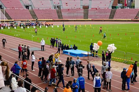 Kouluviestikarnevaaliin osallistui noin 700 nuorta.