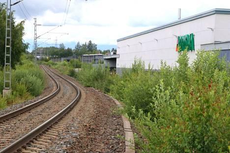 Rauman tuleva asemaseisake on vielä tukevasti pajupusikoiden hallussa.  120 metrin seisakkeen sijaintipaikka on Osuuskauppa Keulan Prisman ja valtatie 12:n sekä Hakunintien välimaastossa.