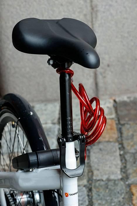 Kaupunkipyörää ei ainakaan alussa pysty käyttämään matkakortilla, vaan pyörä avataan ja lukitaan puhelinsovelluksella. Pyörän lukon QR-koodi skannataan puhelimella ja lukitus aukeaa. Palauttaessa pyörää punainen vaijeri pyöritetään pyörän pinnojen välistä sekä telineen ympäri ja lukitaan. Äänimerkki kertoo palautuksen onnistumisesta