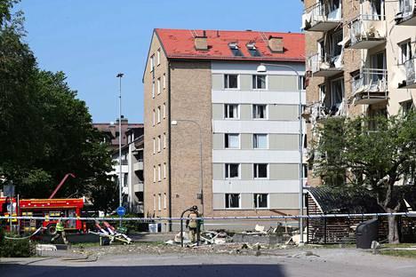 Räjähdys rikkoi parvekkeita ja ikkunoita asuinkerrostalossa Linköpingissä Ruotsissa.