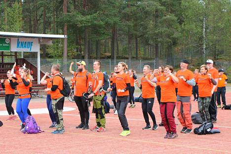 Marjo Raukola_Kossin jumppa sai seikkailijoihin alkulämpöä. Edessä oli 33 rastia, ja monella tavoitteena ainakin ehtiä joka toiselle ennen kello 16, jolloin kisa päättyy palloiluhallille.