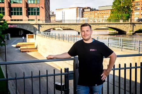 Teemu Koskisella on kymmenen vuoden kokemus ravintola-alalta. Hän on työskennellyt muun muassa  Laivaravintola Suvissa, Passionissa, Henry's Pubissa ja Panoramassa. Nyt yrittäjä avaa uuden terassin kosken kupeeseen. Työt olivat käynnissä 10. kesäkuuta.