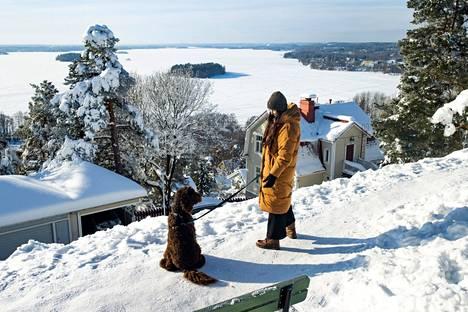 Pispala on Tiina Elovaaralle erityisen rakas. Hänellä ei ole käynyt mielessäkään muuttaa pois Tampereelta. Luonnossa liikutaan joka päivä. Ulkoiluseurana on rakas Tahvo-koira.