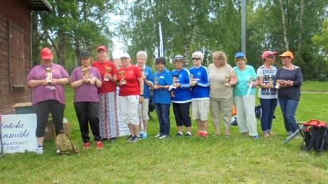 Onerva Uuttera ja Hilkka Flyktman (kuvassa kolmas ja neljäs vasemmalta) ovat napanneet useita mitalisijoja kesän pariboccia kilpailuissa.