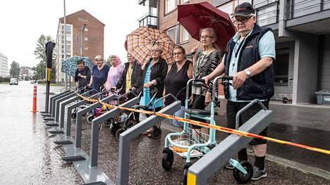 Senioritalon väki parkkeerasi rollaattorinsa kaupunkipyörien telineen kohdalle. Heistä kaupunkipyöräaseman sijoittelu Tursonkadulla Kalevassa on monin tavoin epäonnistunut.