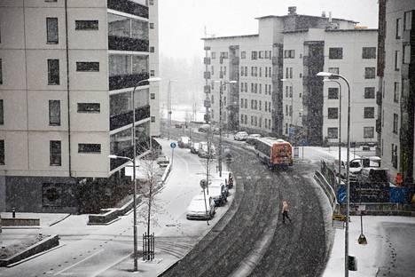 Lumikuuroja voi tiistain aikana tulla vielä lisää Tampereen seudulla. Paikoin lumentulo voi olla sakeaakin ja haitata näkyvyyttä.
