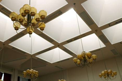 Näiden lamppujen alla aloittaa uusi valtuusto elokuussa, jos epidemiatilanne suo.