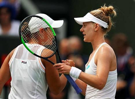 USA:n Alison Riske (oikealla) pudotti maailmanlistan ykkösen Ashleigh Bartyn yllättäen jatkosta.