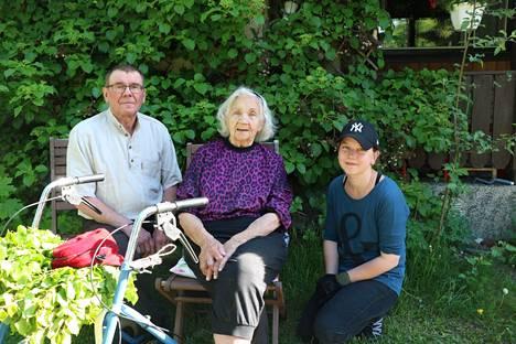 Talkoot takana, kahvihetki edessä – Veli Kuivanen, Hanna Kenttä ja muu Niinisalon kyläyhdistyksen väki auttavat 98-vuotiasta Ester Eskolaa klapikuorman siirtämisessä.