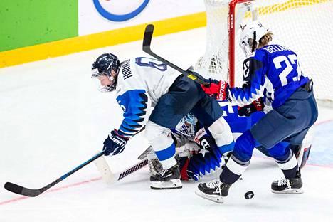 MM-finaalin jatkoajan kohutussa tilanteessa Jenni Hiirikoski törmäsi maalivahti Alex Rigsbyyn.