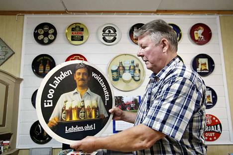 Euran Kauttualla asuva Eero Rostedt kerää muun muassa olutpullojen etikettejä. Tämän jutun kuvat ovat hänen kokoelmastaan.