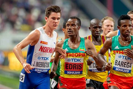 Jakob Ingebrigtsen (vas.) ja Muktar Edris kävivät pienimuotoisen käsirysyn kesken 5 000 metrin kilpailun.