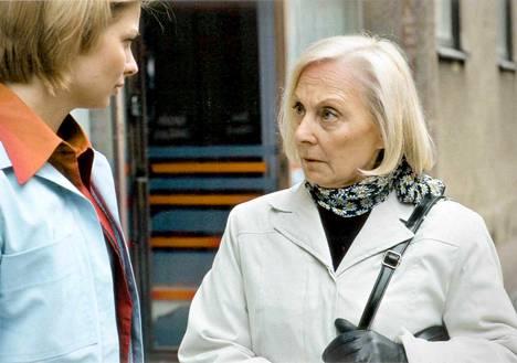(2000) Kassa-apulainen Noora joutuu mukaan outoon leikkiin. Kuvassa Noora (Anna Vihanto) ja Nooran äiti (Seela Sella)
