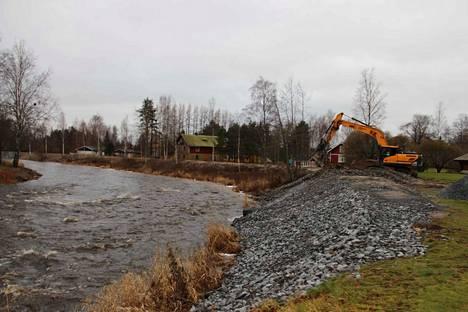 Tulvapengertä korotettiin koko matkalta 30-40 senttiä. Kokonaan uutta tulvapengertä rakennettiin puolen kilometrin verran Wassalta aina Rantatielle saakka.