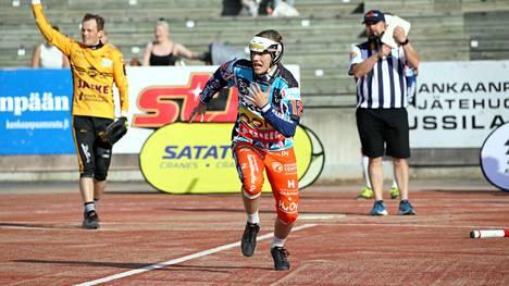 Perttu Olli joutui keskiviikon KPL-kotiottelussa usein pyrkimään kärjeksi kentälle. KaMan voittohaaveet karisivat sisäpelin sakkaamiseen.
