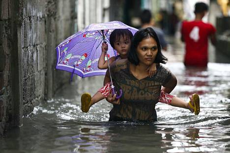 Rankkasateet ja myrskyt ovat akuutti terveysuhka, mutta niiden jälkiseurauksina on myös tauteja, heikkenevää ruokaturvaa ja mielenterveysongelmia. Myrskytulva Filippiinien Quezon Cityssa 2017.