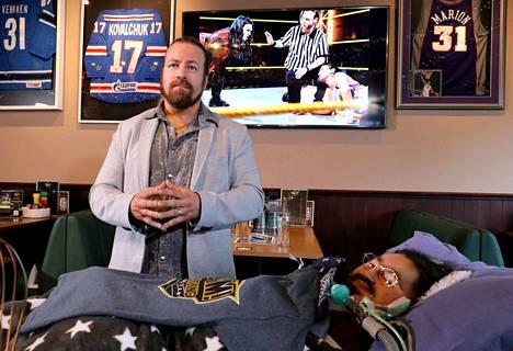Duchennen lihasrappeumaa sairastava Riku Forsström ei voi enää matkustaa ottelutapahtumiin. Slam! Wrestling Finlandin organisaattori Michael Majalahti  tuo hänen ja raumalaisten iloksi joukkueen maailman wrestling-tähtiä.