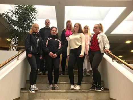 Inka Käki, Jarmo Forss, Emmi Peltomäki, Satu Anttila, Henna Riikonen, Veera Nyman ja Sara Karttunen Janakkalan Osuuspankilla Kesäduuni-hankkeen infotilaisuudessa. Koljalan VPK ja Vähikkälän Väljämä ovat mukana hankkeessa ensimmäistä kertaa.