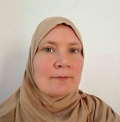 Niina Keituri-Ben Mabrouk esiintyy sometilillään islamilaistyyppisessä huivissa. KRP epäilee, että nainen on Tunisiassa.