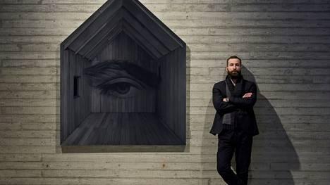 Nykytaiteilijoiden eturiviin kuuluva Kari Vehosalo kasvoi Ylöjärvellä ja sai ensimmäiset kosketuksensa nykytaiteeseen juuri Sara Hildénin museossa. –Täällä olen turmeltunut, hän sanoo. Vieressä teos vuodelta 2017, Unabomber Home.