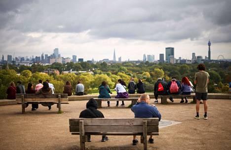 Arkistokuvassa ihmisiä Lontoon Primrose Hillillä.